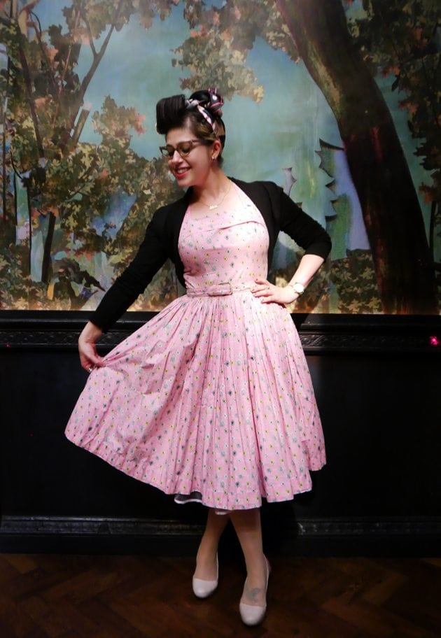 pin up girl style retro blogger vintage hair make up glasses