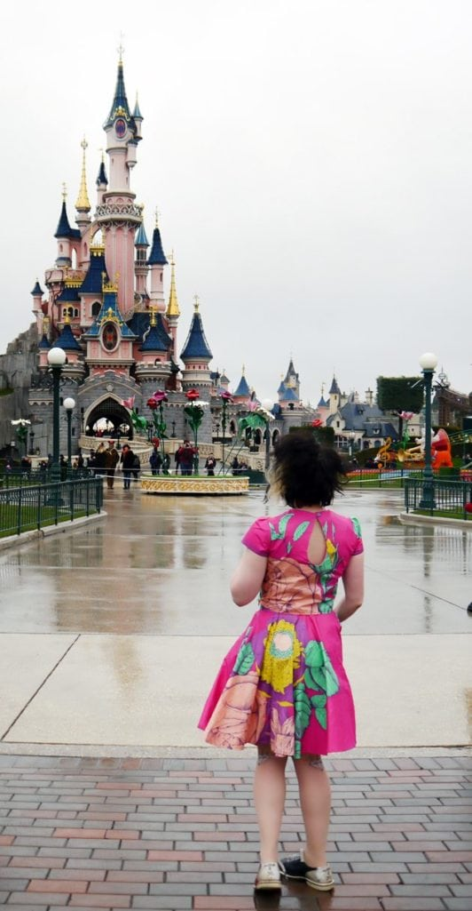 vintage blogger in disneyland paris outifit inspiration disneybound floral springtime